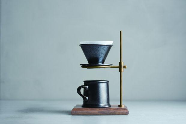 Сет за кафеЗа нечий дом, в който бавното и прецизно приготвяне на храните и напитките е на почит. Аксесоар с характер и деликатно присъствие от колекцията Slow Coffee Style, която ни припомня забравения вкус на кафето, приготвено по метода pour-over. Наливаме постепенно горещата вода във филтъра, докато подреждаме мислите си за деня. Да се събудиш с радост или подарък, с който ще внесете нов смисъл в живота на любим човек.От N8290 лв.
