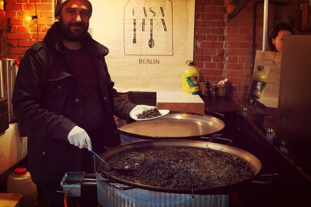 Мойзес Ришар от испанския ресторант Casa Pepa (Bouchéstraße 79A, 12435 Berlin) сервира ароз негро - традиционно ястие от Валенсия подобно на паелята.Цялата статия може да прочетете тук.