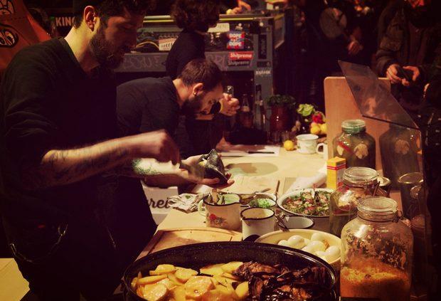 Бен Гликщайн от Pita Gaya (Eisenbahnstraße 42/43, 10997 Berlin) приготвя сабих - израелски сандвич, който става популярен като стрийт фууд в Тел Авив през 50-те и 60-те години на миналия век.Цялата статия може да прочетете тук.