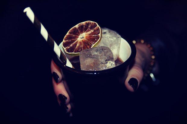 """Коктейлът Mr. Black спечели наградата """"Най-добра черна напитка"""". Той е създаден от Артур Вибе от берлинската коктейлна кетъринг фирма Barthur (barthur.de). Mr. Black се приготвя от черен ром и сладък вермут, гарнирани със сушен лимон.Цялата статия може да прочетете тук."""