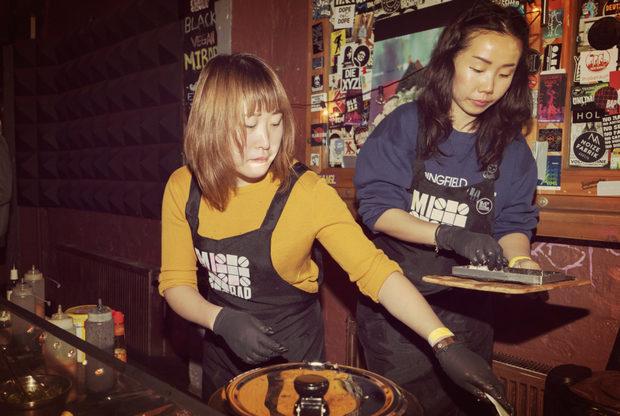 Менджи Жан (вляво) и Ейми Динг от берлинския стартъп Mibap&Mibar (Eisenbahnstraße 42/43, 10997 Berlin) създават черен сандвич, наречен мибап, вдъхновен от тайванския стрийт фууд.Цялата статия може да прочетете тук.