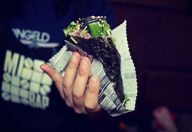 Мибап се приготвя с оцветен в черно ориз, прясна бамя, млади соеви зърна едамаме, завити в черно листо нори и полети с черен сусамен сос и червен пикантен сос.Цялата статия може да прочетете тук.