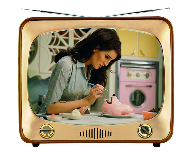 The Curious Creations of Christine McConnellСтранно, ексцентрично, чак на ръба да се питаш с каква цел. В зависимост от възрастта си, тук ще откриете трудово обучение за много напреднали, дизайн, техники за печива, кукли-чудовища, мъпет шоу, и малко Тим Бъртън. Кристин МакКонъл, вече Инстаграм и Холивуд знаменитост, е в ролята на самата себе си, като се вихри в огромна къща на върха на хълм. Компания й правят тарантула, зомби котка и подобни, които от време на време й спретват номера. От кухнята тя ни показва как да си направим всякакви зловещи, хелоуински лакомства, при това с доста необичайни, понякога далеч некухненски, уреди и инструменти. Например сладки във вид на максимално реалистични човешки кокали с шоколадова плънка. Препоръчва се за деца между 8 и 12 години.