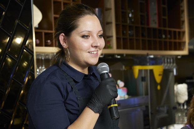 """Цветa избира кухненския плот пред офисния стол. Архитект по професия, Цвета открива призванието си в кухнята, започвайки работа в ресторант Lavanda, после изкарва професионален курс в HRC Академията, което я отвежда в ресторант """"Космос"""", минава през бистро """"Кръг"""", а в момента изучава тайните на хляба при """"Братя Хлебари"""".Всички ястия, които приготви бяха базирани на комбинацията хляб и сос, каквито всъщност са и много от коледните рецепти."""