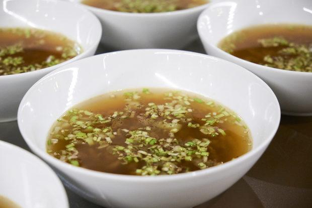 """Второто ястие беше прочит на бульон """"трезве"""", от който искахме още и още. Приятно хладката зелева супа със свински пръжки, праз лук и джин бързо се превърна в любимата ни зимна рецепта."""