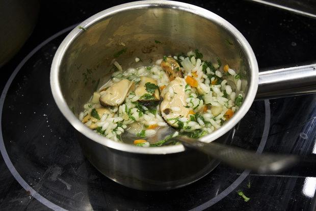За гарнитурата от миди по бургаскиВ касерола слагаме маслото и дребно нарязаните лук, чесън, морков, селъри, като са добре задушени прибавяме ориза, запържваме две минути и прибавяме мидите с черупка и бялото вино, след като се изпари виното добавяме мидения бульон. Две минути преди готовност прибавяме нарязаните на дребно домати, солта и черния пипер. Сваляме от котлона и добавяме ситно нарязаните билки. Отстраняваме черупките на мидите.