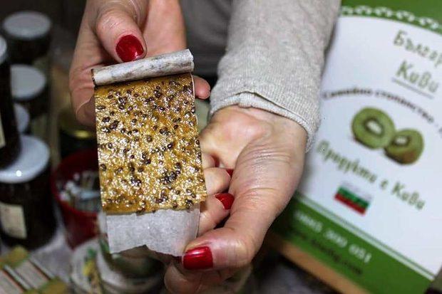 Фермата се намира в подножието на планина Беласица, гр.Петрич.Специализирана е в отглеждане на плод киви-актинидия, има насаждения от 5 дка/ стар сорт от 1978г/.Основна цел на семейната ферма е да популяризира в България добрата и здравословна храна. Отглежданите плодове киви са чисти от химии, предлаганите хранителни продукти са без консерванти и подобрители.  Повече за семейно стопанството може да откриете тук www.kiwibg.com Всичко за Bacchus StrEAT Fest вижте тук. »Купете билет онлайн от тук