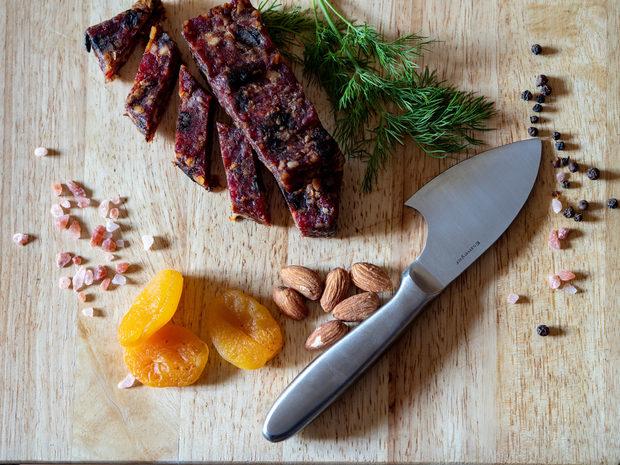 Meat Me Bar създава изцяло нова възможност и алтернатива да се храним здравословно в движение. Независимо дали сте на път, на работа, в планината или просто на разходка, сега имате възможност да избирате от четири вида барове създадени само от натурални съставки.Месо, ядки, сушени плодове и подправки. Това е, което ще откриете в съдържанието на Meat Me Bar. Малко, но качествени и старателно подбрани съставки, които задоволяват различните вкусови предпочитания.Ще се заредите с много енергия под формата на полезни мазнини и протеини, а захарите ще са далеч от вас. Пилешко, Телешко, Свинско, имаме го. Солено и сладко – да, пикантно или пък с неутрален вкус, отново да.Заповядайте на Коледния Гурме Базар на нашите приятели от Бакхус и се насладете на любимия си вкус.Коледа отново идва и този път е по-вкусна от всякога с Meat Me Bar!Oчакаме ви заредени с много празнично настроение на 14.12 и 15.12 в Paradise Center от 10 до 22ч.Последвайте ни и в Инстаграм и Фейсбук, за да следите новостите ни.Всичко за първия Бакхус Коледен Гурме Базар вижте тук.Научавайте новостите за събитието във Facebook.Купете билет онлайн с намаление тук.