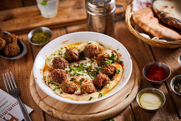 В Hummus Bar предлагаме прясно приготвена, вкусна и автентична храна, поднесена с любов. Толкова просто.Ако още не сте хапвали при нас, ви чакаме да се запознаем на живо на Бакхус StrEAT FEST. Вижте какво ще бъде менюто ни: >>>Следете ни последните новости във Facebook »Всичко за Bacchus StrEAT Fest вижте тук. »Купете билет онлайн от тук