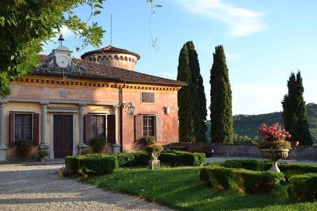 Vinitaly ще пренесат духа на Италия с невероятната селекция вина, които са подбрали за Бакхус StrEAT Fest 3. Италианската ни винена разходка ще започне от северния регион Фриули и изба Rocca Bernarda. Ще продължим през Тоскана и Vecchia Cantina di Montepulciano, Умбрия и замъкът-изба Castello di Magione, а накрая ще се пренесем на Адриатическо море и Марке с вината на La Querica Scarlata. Някои от избите са собственост на Ордена на Малтийските Рицари, други не са спирали да произвеждат вино от 1500 г. Очакваме ви на щанда, където може да се запознаете с екипа на Vinitaly, да научите повече за избите и разбира се да опитате вината. Следете ни последните новости във Facebook »Всичко за Bacchus StrEAT Fest вижте тук. »Купете билет онлайн от тук