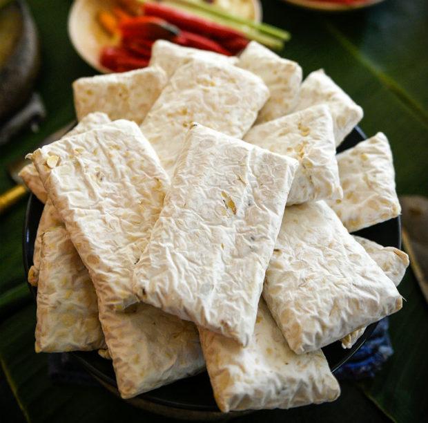 Съвсем нови на пазара Indonesian Tempe & Tofu произвеждат соеви продукти без консерванти по стара индонезийска традиция. Тепърва ще станем свидетели на развитието на фирмата, които ще открият свое помещение, където да предлагат на своите клиенти още много вкусотии като соеви кълнове от мунг боб, здравословни продукти за вегани, вегетарианци и ценители на индонезийска кухня.До тогава, елате да се запознаете с тях на Бакхус StrEAT Fest, за да опитате от класическото тофу и темпе, приготвено на място.Следете ни последните новости във Facebook »Всичко за Bacchus StrEAT Fest вижте тук. »Купете билет онлайн от тук