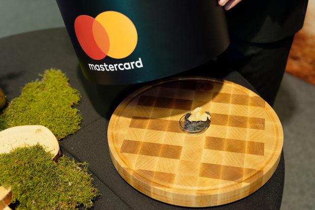Тази година Mastercard® насърчава картовото разплащане на фестивала. Плати с Mastercard® безконтактно или мобилно със смартфона си и ела в зоната за безценни преживявания. Спечели кулинарно приключение, урок по плейтинг за двама и други награди.Mastercard® застава зад всички шеф-готвачи, производители, ресторанти и любители, които търсят нова интерпретация на българските вкусове и нов живот за забравените гурме рецепти от нашето минало.Следете ни последните новости във Facebook »Всичко за Bacchus StrEAT Fest вижте тук. »Купете билет онлайн от тук