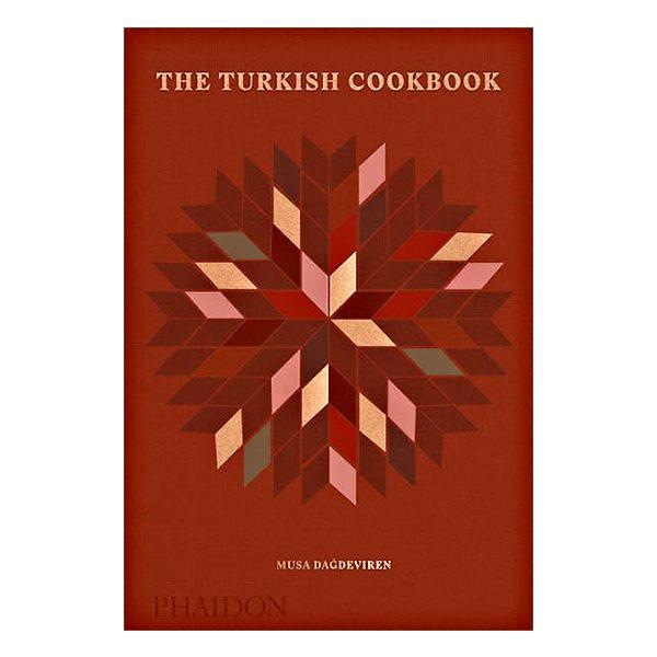 """The Turkish CookbookMusa DaĝdevirenТя най-накрая е налице: красива, дебела, и от Phaidon. Имате ли я - имате може би най-подробната и добра колекция от турски класически рецепти. По-точно - 500. Напълно достъпни за всеки, който се е доближавал някога до печка.""""Трябва да се радваме, вместо да се фиксираме в това как да разделяме вкусовете и вярванията си. Или вместо да хвалим арменците за ястията им със зехтин, кюрдите - за месата им, турците - за сладкишите, турските гърци - за морските им храни, и да живеем заедно, уважавайки ценностите си, религиите си и начин на живот"""", казва авторът в увода на книгата си. Мъдро го е казал, и доказал с разказаните си рецепти."""