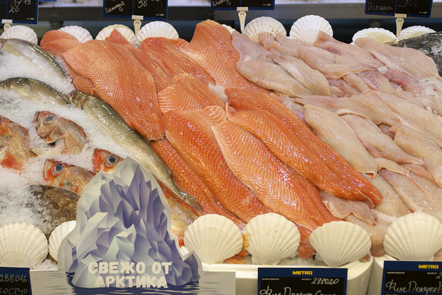 МЕТРО предлага изключително разнообразие от прясна и жива риба, морски дарове и деликатеси от Световния океан – от студените води на Арктика до синята шир на южните морета. За да са сигурни в качеството на рибата, те разбработват постоянна студена верига – от улова до доставката в магазина. По този начин техните клиенти имат гаранция за качество на продуктите от рибния щанд, които купуват. Техните специалисти по контрол на качеството извършват регулярни проверки и анализи на всички артикули – независимо дали рибата е от див улов или с аквакултурен произход.Всичко за Бакхус Fish Fest 2 вижте тук.Научавайте новостите за събитието във Facebook.КУПЕТЕ БИЛЕТ ОНЛАЙН >>>