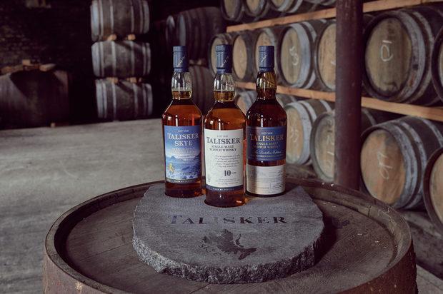 """Talisker е единственото едномалцово уиски, създадено от морето край бреговете на остров Скай – едно от най-отдалечените, сурови и красиви кътчета в Шотландия. Малко са уискитата, които разказват за произхода си по-добре от Talisker. Ароматът и вкусът му мигновено ни свързват с неумолимата природа – досущ като топъл поздрав от дивото море. Историята на марката започва през 1825 г., когато Хю Макаскил придобива имението Talisker и северния край на полуостров Мингиниш на неприветливия, но красив остров Скай. Смята се, че името Talisker произлиза от старо-норвежкото """"Thalas Gair"""", което означава """"наклонена скала"""". Пет години по-късно заедно с брат си построява дестилерията на брега на Лох Харпорт. Още през 1898 г. Talisker вече е едно от най-продаваните малцови уискита в Обединеното кралство. Преминал през огън, война и финансови кризи, този най-северен пост – единствената дестилерия на Скай – успява да се съхрани и до ден днешен продължава да произвежда пословично отлични уискита, които завладяват небцата и сърцата на любители и специалисти.Морският произход на Talisker го обвързва и с предизвикателства за духа и волята, свързани с морето, като Talisker Whisky Atlantic Challenge – най-тежкото състезание по гребане в света, което покрива дистанцията от Канарските острови до Антигуа. УискитоТемпераментен, необуздан и волен, с единия крак на сушата, а с другия – в морето, Talisker е уиски със сложен характер, което предизвиква вкусовите рецептори, но опитали го веднъж трудно бихме могли да го забравим. Преливащ от опушеност, удивителни нотки на черен пипер и с завършен и мек финал, Talisker е едно възхитително противоречие.Talisker 10 год.Класически морски единичен малц с характерен остър аромат на пушек и водорасли, интензивен вкус с пиперливо-сладки нотки и силен и дълъг финал с дъх на подправки.Talisker StormНепокорният брат близнак на Talisker, с още по-наситен аромат на море, мек пушек и подправки, връхлита с буря от сладки и парещи вкусове, укротени в елегантен, бал"""