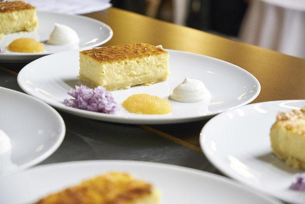 Предястието представляваше типичния за Швеция пай с традиционно шведско сирене и гарнитура от нарязан червен лук, сметана и шведски червен хайвер.