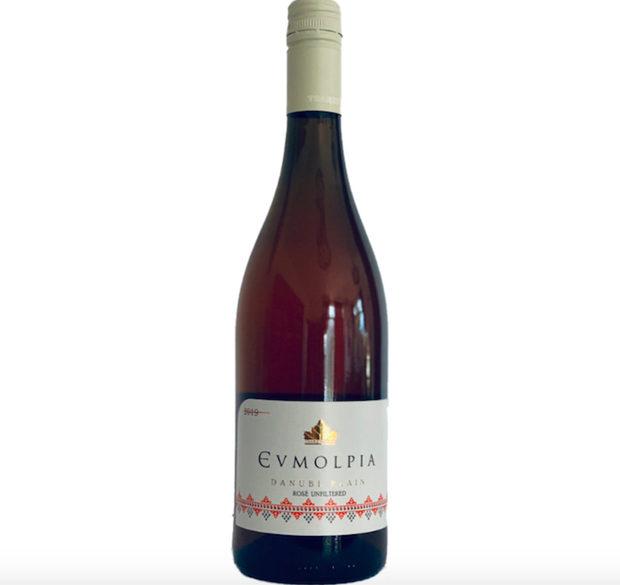 Царев Брод Евмолпия розе 2019Винарска изба Царев брод е безспорно един от лидерите на модерното винопроизводство у нас и впечатлява с амбициозния си екип и нестандартните си вина. След успешните и иновативни вина като Гергана и Пет-нат, последната реколта на избата ни представя още една изненада - розе от почти забравения сорт евмолпия - кръстоска между мерло и мавруд, създадена през 1991 г. Виното е богато на вкусове и аромати на червени плодове, които се допълват от свежа киселинност и приятен послевкус. За да се запазят максимално вкусовите качества на сорта, виното не е филтрирано, което е още един начин, по който то да се отличава от всички останали розета на пазара. Къде: Tempus viniЦена: 17.23 лв.