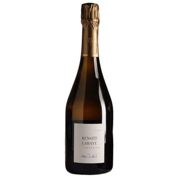 Champagne Benoît Lahaye Blanc de Noir NVBenoît Lahaye се намира в Bouzy, район Montagne de Reims и е една от малкото къщи в Шампан, която използва метода на биодинамиката. Шампанското на Benoit и Valérie Lahaye е вино, което истински показва своя тероар, с удивителна сложност и дълбочина, хармония от свежест и концентрация, и зрялост на плода. Това шампанско, което ще ви покаже едно различно и пивко лице на Шампан.Виното е направено от 100% пино ноар, като отлежава минимум 24 месеца върху фините утайки, категория екстра брут. Носът е многопластов и елегантен с нотки на цветя (акация, цъфнала череша), медено- ябълкови нюанси и нотки на крем шантили и топъл хляб. Фино тяло с елегантен, минерален финал. Къде: SeewinesКолко: 89 лв.