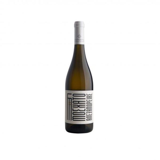 Limnos Organic Wines Muscat Of Alexandria 2018Предлагаме ви едно вино за напреднали. Гръцкият проект Oenos Nature работи с различни биосертифицирани производители из цяла Гърция, за да представи нов прочит на традиционните местни сортове. Те отиват и една стъпка по-напред, като правят вината си натурални, тоест без никакви добавени сулфити и с почти нулеви интервенции по време на винификацията. Резултатът? Едни от най-вълнуващите вина на гръцкия пазар, които бързо намират място сред най-добрите заведения в южната ни съседка. А вече едно от тях може да се намери и у нас. Остров Лимнос от векове се слави със своя александрийски мускат, но с това вино, Oenos Nature заедно с Limnos Organic Wines правят един съвсем различен прочит на този иначе интензивно ароматен сорт. Виното е по-обрано откъм аромати, но те са пренесени във вкуса, който е изпълнен с дълбочина и комплексност, нетипична за белите вина - ще откриете всичко от зрели цитрусови плодове, през ароматни бели цветя и рози до мента.Къде: IbecoКолко: 32 лв.