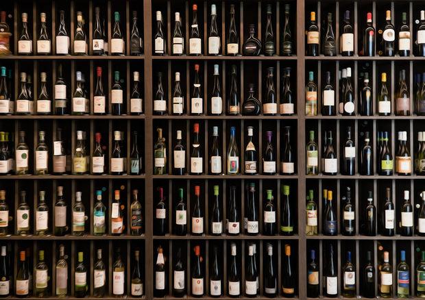 Една от най-приятните страни на пиенето на вино е откриването на нови вкусове, стилове, сортове или региони. И докато при непандемични ситуации можем да търсим нови вина и да провокираме себе си, ходейки по заведения и винени барове, в ситуации като сегашната откриването на нови вина е малко по-сложно. Затова започваме седмична рубрика, в която ще ви представяме различни вина, които целенасочено ще бягат от добре познатите стилове и сортове и ще предлагат нещо малко по-вълнуващо. Било то естествено пенливо, биодинамично червено или десертно подсилено вино, надяваме се всеки да открие нещо ново и интересно, което ще ви отведе на ново винено пътешествие.*Всички вина от селекцията могат да бъдат поръчани онлайн и доставени до дома ви