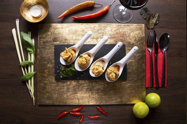 Royal Thai е първият автентичен, традиционен Тайландски ресторант в София. Техните Тайландски готвачи ще ви пренесат в центъра на Югоисточна Азия с подправки и аромати доставени специално за вас. Отдадени са на това да ви поднесат най-доброто Тайландско кулинарно преживяване.По време на StrEAT Fest ще имате възможност да опитате:* Тайландски телешки шишчета със сусам и домашен фъстъчен сос* Златни торбички с пилешко и фъстъци* Пролетни рулца със скарида