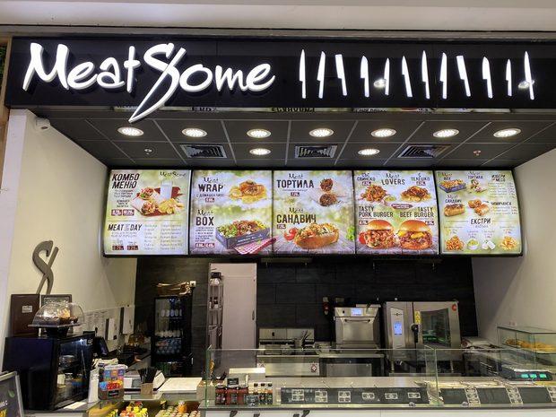 MeatSome. Това е мястото, където тези, които обичат вкуса на истинското месо, срещат истинското месо, което заслужава да бъде обичано.В MeatSome можеш да се запознаеш с вкусната тортила със свежо, приготвено на плоча месо или с изкусителната чимичанга, в която ще се влюбиш, а защо не и със сочния сандвич или порция с крехко, топло месо, които отдавна се надяваш да срещнеш.Този ресторант не е за бързo хранене, а за бързо обслужване, където не се правят компромиси с качеството и състава на предлаганата храна.Всички продукти в MeatSome са с гарантирано качество, а месото идва от подбрани ферми и е изцяло натурално, без никакви изкуствени добавки или подобрители.Понеже знаят, че размерът има значение, от MeatSome обещават, че никой няма да си тръгне гладен от нашия StrEAT Fest.
