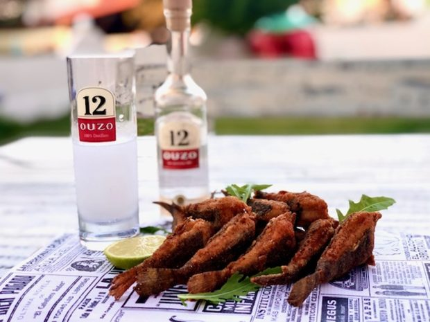 """""""Ouzo 12"""" се отличава с дългата си история, традиции в производството, мек вкус и уникален аромат. Всяка бутилка ни напомня за топла и слънчева Гърция. """"Ouzo 12"""" е създадено през 1880 г. в дестилерията на братя Калоянис и носи името на бъчва №12, в която се съхранявало богатото на вкус и аромат узо, благодарение, на които и днес """"Ouzo 12"""" е една от най-предпочитаните анасонови напитки в света.""""Ouzo 12"""" се отличава със свеж аромат на фенел, анасон, женско биле и подправки. Kонсумира се най-често разредено с лед и вода.Насладете му се според повода, в комбинация със салати, ордьоври, морски деликатеси, основни ястия или десерти.И не забравяйте, най-важни са приятната компания и умерената консумация!НАЗДРАВЕ!"""