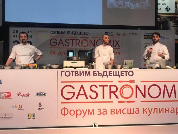 """Chef's Club София е динамична кулинарна, неполитическа доброволнаорганизация, с проактивната мисия за популяризиране на добрите кулинарнипрактики, утвърждаване на нова култура и отношение към храната, за по-високи стандарти в храненето и кулинарията.В кулинарията, те искат да включат духа и чара на града, както и много от вкусовете, които се преплитат между българската и световната кулинария, от ранните му години до днес.Всички ястия са закачливо намигване към обичани български продукти и деликатеси, като тяхното желание е максимално да покажат любовта си към града в тези рецепти и какво искат да постигнат като организация на готвачите в София. По време на Бакхус StrEAT Fest за вас са приготвили :✤ Тиквички """"тейтър тотс"""" / тяхната версия на кюфтенца от тиквички с копър и чесън, поднесени с Шопски хайвер и хрупкави тиквички /✤ ПетроПан /Сандвич с карамелизиран петропан с пресен лук, лимон и самардала, поднесен със сос лютика с печена капия и мексикански чушки пасия /✤ Виолетка / бар с пухкав пандишпан, крем от виолетки, глазура и крънч от виолетки с бял шоколад/"""