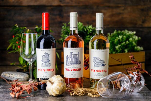 """Казват, че виното е просто слънце, земя, вода и грозде. Но за да се оформи характерът му е нужна специална грижа, внимание към детайла и отдаденост.Във Виа Винера вярват в това. С любов и отдаденост отглеждат масивите си до град Килифарево и село Карабунар.Гордеят се със старите местни български сортове Димят, Червен Мискет, Мавруд и Рубин, които влагат в серията """"Bulgarian Heritage"""". А интернационалните им сортове допълват богатството на останалите вина.В живота може би има по-важни неща от виното, но не и за тях. VIA VINERA има много значения – традиция, майсторство, качество, отдаденост. За тях това име значи страст.Страст, която можете да усетите във всяка чаша от техните вина."""