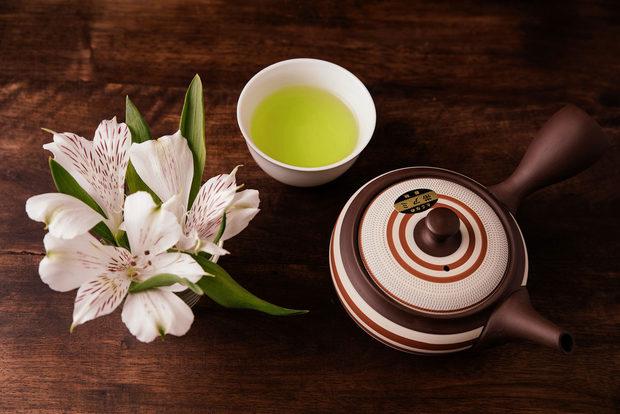 Зеленият японски чай e извор на здраве и дълголетие!Чаят притежава 12 вековна история и се счита за една от най – здравословните напитки на планетата.Директно от Япония, за първи път в България, Сенча, Матча и Гьокуро – три вида японски зелен чай, част от японската култура, вече могат да се опитат и вБългария.Седем вида Сенча, идват от бутикова фабрика, която за първи път изнася извън Япония. Префектура Шизуока, от където идва нашата Сенча се слави с необичайно ниска степен на ракови заболявания, дори за японските стандарти.Гьокурото е изключително рядък зелен чай, който е специфичен, заради своятаобработка, на която дължи и изключителните си качества. Известен е като чаят на благородниците.Японският зелен чай Матча, с който се приготвя така известната чаена церемония е една от супер храните, съдържаща 16 различни аминокиселини, 8пъти повече бетакаротин от спанака и 70 пъти повече антиоксиданти отпортокаловия сок.Според водещи научни изследвания, зеленият японски чай неутрализирасвободните радикали, които са продукт на стреса, на който сме подложениежедневно, както и намалява риска от сърдечно-съдови заболявания и появатана диабет тип 2. Благодарение на L-теанина съдържащ се в японския зелен чай,действа успокояващо върху нервната система.В онлайн магазина и физическият магазин може да намерите и уникалниаксесоари за чай, от водещите фабрики за порцелан и керамика – Арита иТоконаме. Изключително качество и дизайн, произведени в Япония.