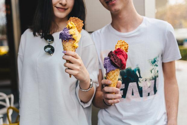 """Ако сте ценител на истинския натурален сладолед - не пропускайте да опитатепрясното занаятчийско джелато на Gelato&Latte, приготвено по строга италианска технология, с внимателно подбрани съставки и български биосертифицирани млечни суровини, произведени в собствената им биологична ферма """"Rozino organic farm"""". Автентичните вкусове се предлагат в единствената сертифицирана като 100%натурална джелатерия в България, която е член на Associazione Italiana Gelatieri и е класирана в престижните конкурси Топ 20 най-добри места за сладолед в света и Топ 50 най-добри локации за сладолед в Европа.В рамките на Бакхус StrEAT Fest ще имате възможност да опитате освен класически и уникални гурме вкусове, селектирана кето линия, както тяхната запазена марка - ръчно изпечени на място вафлени фунийки. А спомехаме ли, че това са само част от изкушенията, които можете да откриете, опитвайки Gelato&Latte."""