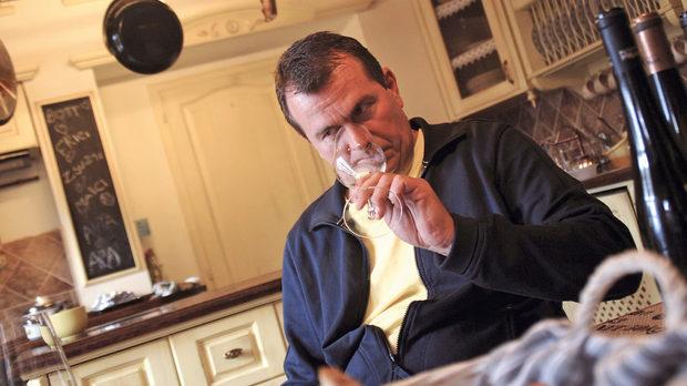 Бот Фригес в собствената си кухня и няколко от деликатесите, произвеждани от семейството му: пастет с тиквени семки, олио от тиквени семки и смотанка (името да не ви подвежда!)