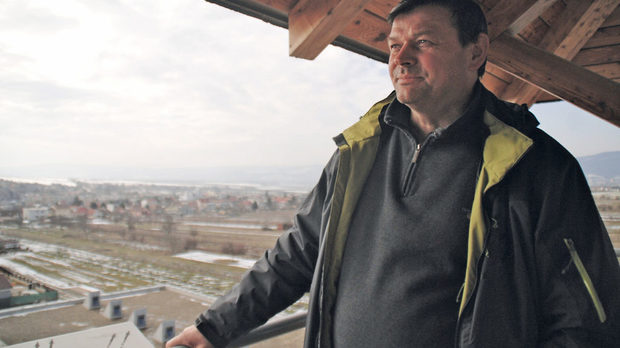 Ладислав Шебо е построил кула до избата си, от която може да види почти всичките си лозя, пръснати из района