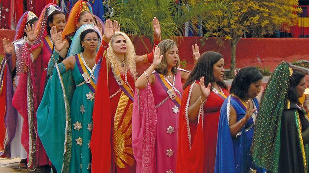 Феите от околностите на столицата Бразилия, събрани за ритуално съчетаване с рицари