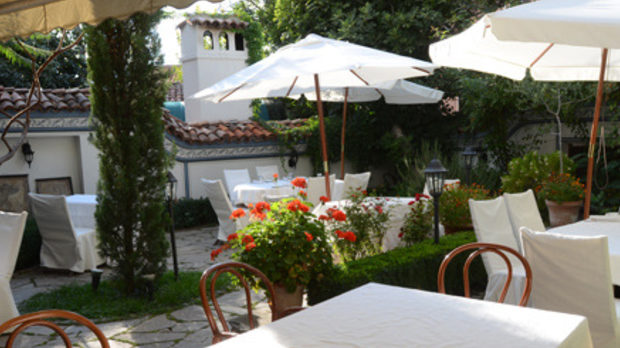 Ресторантът и градината му са в прецизно реставриран имот в стария Пловдив - етажите нагоре са бутиков хотел с много, и автентичен характер.