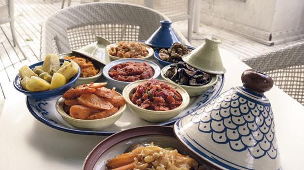Тажини с мезета от морков, нахут, тиквички, патладжан, туршия от лимони и маслини. Основното ястие в големия тажин е агнешко с кускус, кайсии и орехи