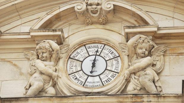 Детайл от операта - най-потърпевшата сред архитектурните символи, след като в нея през 1940 г френският парламент гласува за разпускането на Третата република и установяването на режима на генерал Петен.