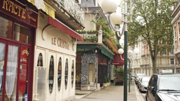 Улиците на града са смесица от фриволен разкош и делова елегантност.