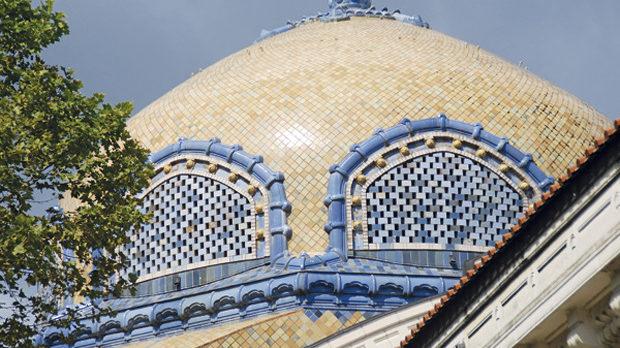 Куполът на старинната баня, в която сега има галерия с магазини, а от изворите се пази само един фонтан.