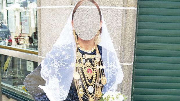 Черни дрехи, черни дантели, черни мъниста и колкото може повече злато на показ: традиционна невеста от Северна Португалия