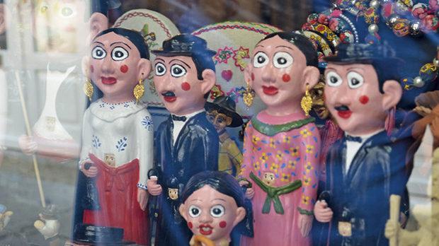 Керамични фигурки, облечени за празник: жените са с
