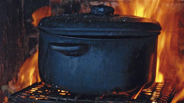 Приготвянето на мидите в малкото огнище до мидената ферма