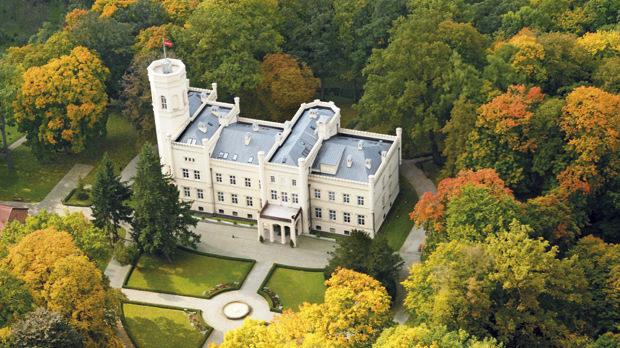 Дворецът Миеженчин в Западна Полша, до който се стига по-бързо от Берлин (200 км), отколкото от Варшава (450 км).
