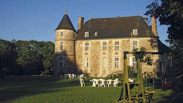 За да поддържат замъците си в днешно време, французите са намерили два начина: те или ги превръщат в музеи, или дават части от тях като житове.