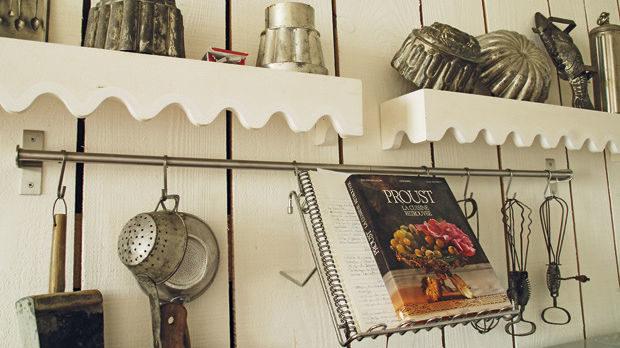 Така се натъкнах на Ким Кук, дизайнер на храна, и Морис Алекси, главен готвач в Елисейския дворец, и получих шанса да изгоря една тенджера в тяхната кухня – край куп колосани кърпи и пред готварска книга с любимите ястия на Марсел Пруст, разтворена върху пюпитър и съпроводена от бележките на Морис.