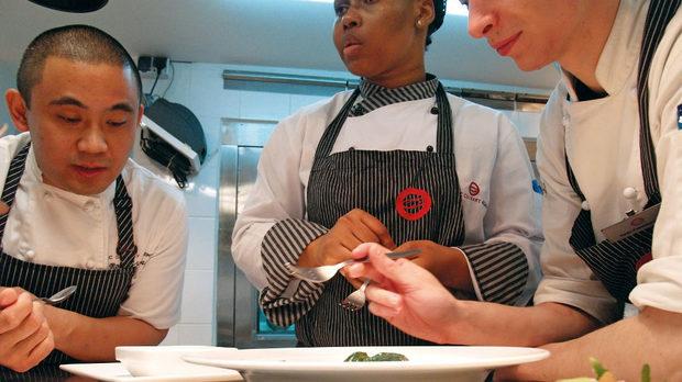 Шеф Робин Вияреал обсъжда с курсистите фиксираното обедно меню за седмицата