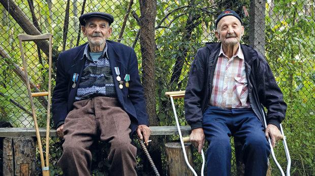 Двамата най-възрастни обитатели на селото: