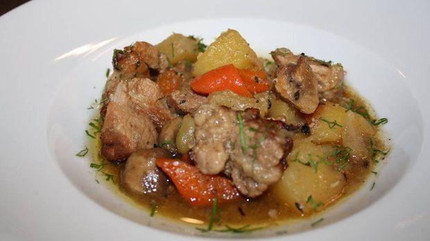 Жакое /готви се на бавен огън и съдържа свинско месо, картофи, моркови, лук, чесън и подправки/