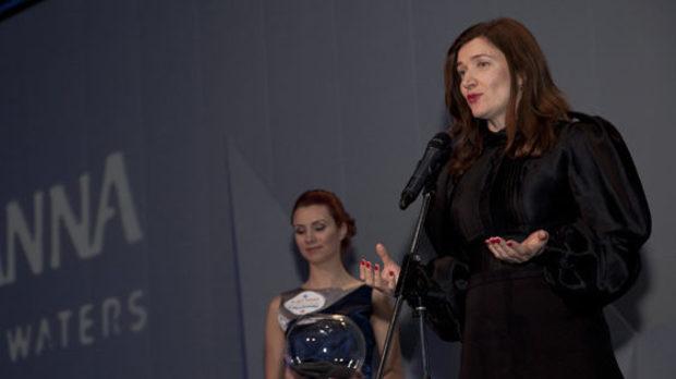 Изпълнителният директор на Перно Рикар, Мирослава Симова, след жребий определи кой ще грабне тяхната награда в категорията
