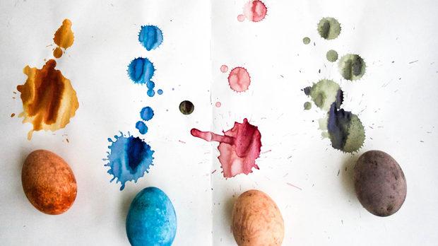 Отварата от червено зеле е лилава, докато е прясна, но ползвана като боя, след като изсъхне, става ярко синя. При боядисването с естествени бои, се получиха яйца в пастелни тонове. Поради естествено матовия им завършек, не сме ги полирали с олио.